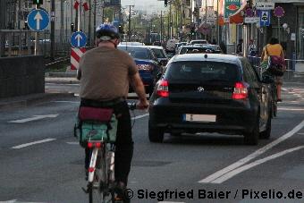Fahren Sie mit Ihrem Auto nicht zu dicht an einem Radfahrer vorbei!